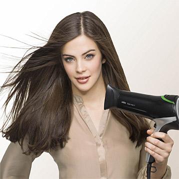 Braun Haartrockner in Benutzung