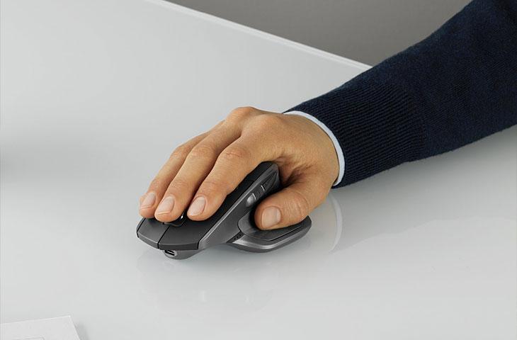 Ergonomische Maus von Logitech in Benutzung